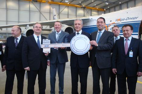 Schlüsselübergabe für den neunen Hangar: Alexey I. Isaikin, Präsident der Volga-Dnepr Group (3.v.l.), mit den Ministerpräsidenten von Sachsen-Anhalt, Dr. Reiner Haseloff (2.v.l.) und Sachsen, Stanislaw Tillich (4.v.l.). Foto: Gernot Borriss
