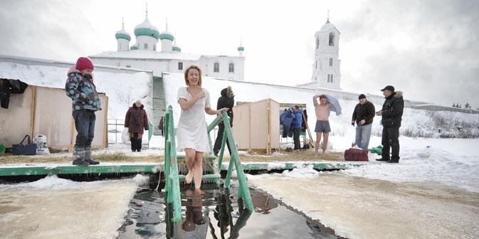 Das Eisbad in der Epiphaniasnacht gehört zu den extremen und zugleich beliebtesten orthodoxen Traditionen. Foto: ITAR-TASS