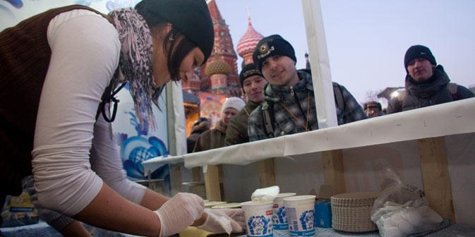"""Besucher des """"Jahrmarkts am Eislaufplatz"""" am Roten Platz. Foto: ITAR-TASS"""