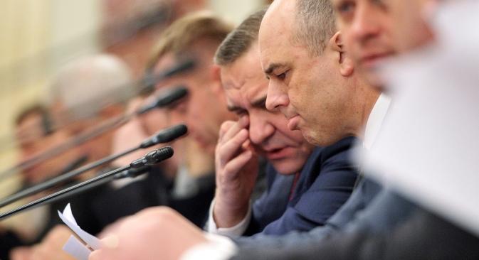 Finanzminister Anton Siluanow (in der Mitte) ist überzeugt dass es notwendig ist, die Praxis der Barzahlung in der Wirtschaft, die zurzeit 25 Prozent des gesamten Umsatzes ausmacht, zu reduzieren. Foto: Kommersant