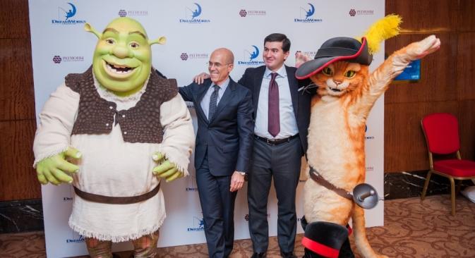 Geschäftsführer von DreamWorks Animation Jeffrey Katzenberg und Mitglied des Vorstandes von Regiony Amiran Muzojew posieren mit den Dream Works-Trickfilmfiguren. Foto: GK Regions