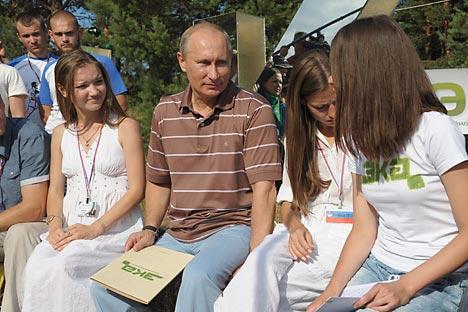 """Wladimir Putin mit den Mitgliedern der Jugendbewegung """"Naschi"""". Foto: PhotoXPress"""