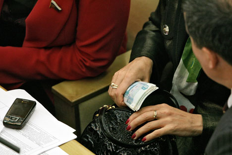 Die russische Bürger bringen die hohen Gehälter der Staatsbeamten direkt mit Verbrechen in Verbindung. Foto: Kommersant