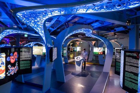 Der halbdunkle Saal, in dem alle Ausstellungsstücke in Neonlicht getaucht sind, vermittelt die Atmosphäre eines futuristischen Wissenschaftszentrums. Foto: Pressebild