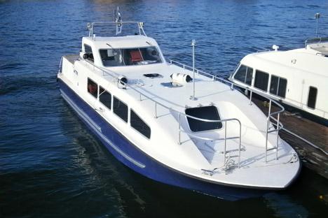 """Der Zwölf-Sitzer der Firma """"Inter Yacht Service"""" fahren allesamt auf der großen Newa. Foto: Inter Yacht Service"""