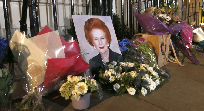 Vor dem Haus der ehemaligen Premierministerin Thatcher legen die Meschen Blumen nieder. Foto: AP