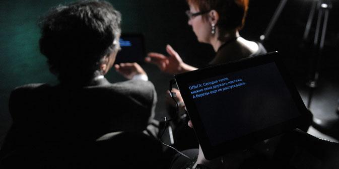 Die mobilen Computer mit den Untertiteln werden vor der Vorstellung ausgegeben. Foto: RIA Novosti