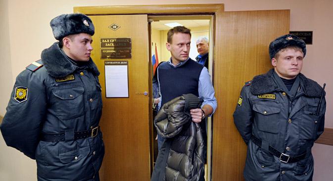 Putin-Gegner Nawalny hatte einen neuen Anwalt mit in die Verteidigung aufgenommen, der sich noch nicht hinreichend mit der Anklageschrift vertraut machen konnte. Foto: Kommersant