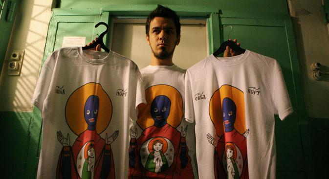 Der Künstler Artjom Loskutow zeigt die Pussy-Riot-T-Shirts. Foto: RIA Novosti