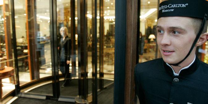 Ein Hausdiener im Moskauer Ritz-Carlton-Hotel. Foto: Reuters