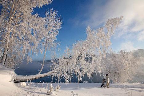 Winterspaziergang am Ufer des Jenissej bei Krasnojarsk. Foto: Reuters