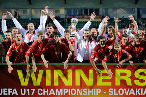 Die russische Fußball U17-Mannschaft nach dem Sieg gegen Italien im Finale der Europameisterschaft. Foto: Reuters