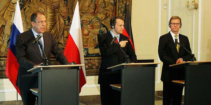 Der russische Außenminister Sergej Lawrow (links) mit seinen Kollegen aus Polen und Deutschland Radoslow Sikorski (in der Mitte) und Guido Westerwelle während des Treffens in Warschau. Foto: AP