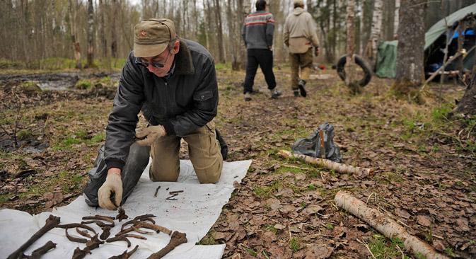 Freiwillige beschäftigen sich mit der Suche nach Grabstellen und der Feststellung der Identität der Gefallenen, die in den Jahren des Großen Vaterländischen Kriegs ums Leben gekommen sind. Foto: Michail Mordasow / Focus Pictures