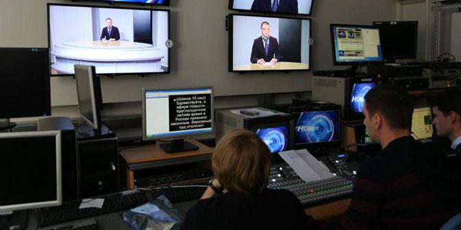 """Da die """"Öffentliche Fernsehanstalt Russlands"""" zum Teil oder gar vollständig durch den Staat finanziert werden soll, wurden in der Fachwelt Zweifel laut, ob sich der Sender dann von den bereits existierenden offiziellen staatlichen Fernsehsendern über"""