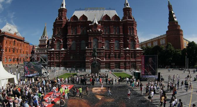 """Eröffnung des Deutschlandjahres in Russland am 20. Juni 2012: Große Puzzleteile wurden von Spaziergängern zu dem berühmten Albrecht Dürer Bild """"Selbstbildnis im Pelzrock"""" auf 300 Quadratmetern gelegt. Foto: ITAR-TASS"""