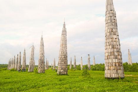 Die malerisch schöne Landschaft, die die kleine Ortschaft Nikola-Leniwez umgibt, ist von Installationen durchzogen und wurde in den letzten zehn Jahren in eine Künstlerresidenz umgewandelt. Foto: Jaroslawa Kirjuchina