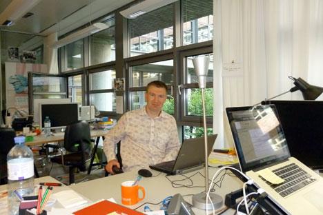 """Sergiej Rewakin, Jung-Unternehmer in Berlin, arbeitet beim Inkubator """"You is Now"""" von ImmobilienScout an seinem Start-up cleanberlin.org. Foto: Thomas Keup"""