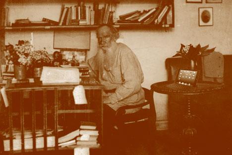 Lew Tolstoi verfügte, dass seine Werke allen Menschen gehören sollten. Foto: Vostock-Photo, Kollage bei Andrej Schimarski (Russland HEUTE)
