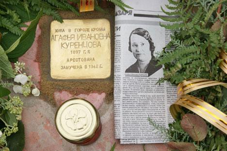 """Ein """"Stolperstein"""" im Städtchen Kromy in der Region Orjol erinnert an die 1942 ermordete Agafja Kurenzowa. Foto: Peter Wetzel"""
