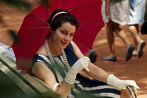 Eine Frau mit dem modischen Haarknoten. Foto: Getty Images/ Fotobank