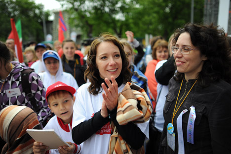 """Die russische Schauspielerin Tschulpan Chamatowa (in der Mitte) ist die Gründerin der karitativen Stiftung  """"Podari Schisnj"""" (""""Schenke ein Leben"""").  Foto: ITAR-TASS"""