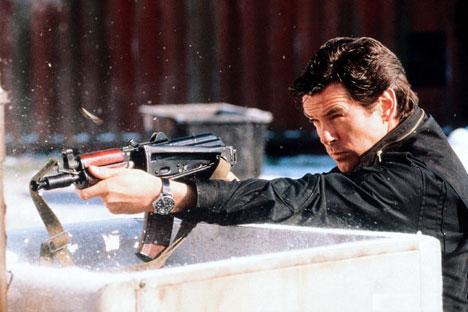 """Selten wurde einer Waffe so viel Bewunderung zu teil wie dem Gewehr AK-47. Auf dem Bild: Eine Spielszene aus dem Film """"James Bond 007 – Goldeneye"""". Foto: Kinopoisk.ru"""