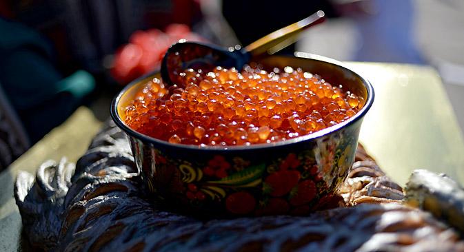 Der Kaviar aus Lachsrogen ist mittlerweile eine ebenbürtige Alternative zum schwarzen Kaviar des Störs. Foto: RIA Novosti