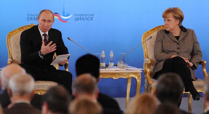 Der russische Präsident Wladimir Putin und die Bundeskanzlerin Angela Merkel während des Treffens beim Petersburger Dialogs in Moskau im November 2012.  Foto: AFP/EastNews