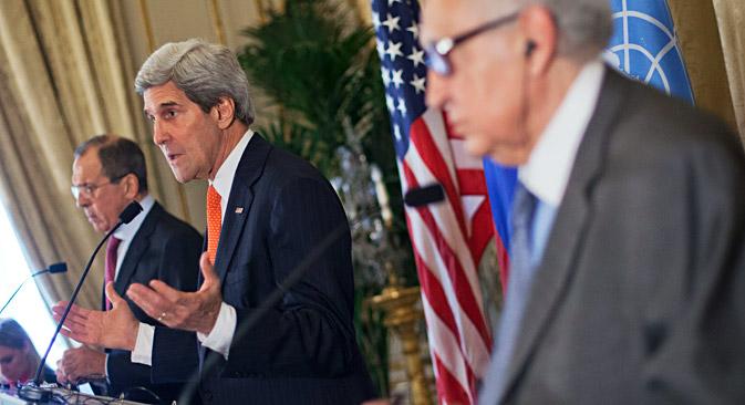 L-R: Der russische Außenminister Sergej Lawrow, der US-Außenminister  John Kerry, der Syrien-Sondergesandte der Vereinten Nationen und der Arabischen Liga Lakhdar Brahimi. Foto: AP