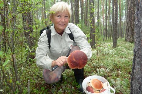 Karin Haß auf der Pilzenjagd im sibirischen Wald. Foto aus dem persönlichen Archiv.