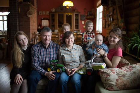 """Mehrere Generationen sind an dem ehrgeizigen Projekt """"Baranowka"""" beteiligt: Eltern, Kinder und Enkelkinder. Foto: Andrej Rudakow"""