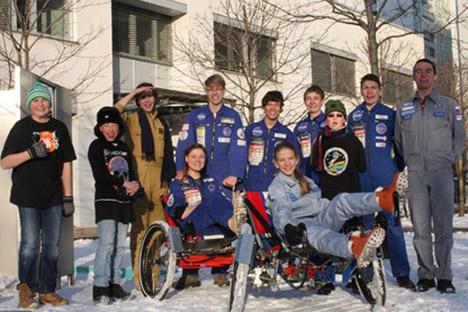 Katja Truschewa (vorne, rechts) auf dem Mond-Buggy. Foto aus dem persönlichen Archiv
