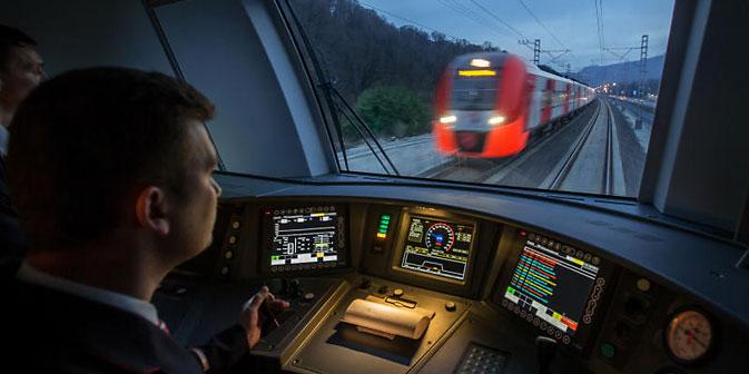"""Bahnbauer Siemens muss sich bei weiteren Sanktionen aus Russland zurückziehen. Auf dem Bild: Ein Lokführer des elektrischen Triebwagenzuges """"Lastotschka"""" (""""Schwalbe""""). Foto: Russische Bahn"""