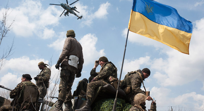 16. April 2014. Ein ukrainischer Militärhubschrauber fliegt über ukrainische Soldaten hinweg nach Kramatorsk. Foto: AP