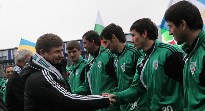 Der tschetschenische Präsident Ramsan Kadyrow begrüßt Spieler von Terek Grosny. Foto: Said Tsarnaev / RIA-Nowosti