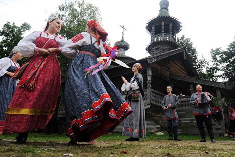 Traditionell trug man die Trachten in den zentralen und nördlichen Regionen Russlands. Foto: Konstantin Chalabow / RIA Nowosti