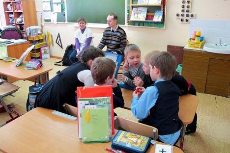 """In der ersten Schulstunde wird den Kindern  ausführlich erklärt, was Menschen mit körperlicher Behinderung ausmacht. Foto: Organisation für Menschen mit Behinderung """"Perspektiwa"""""""