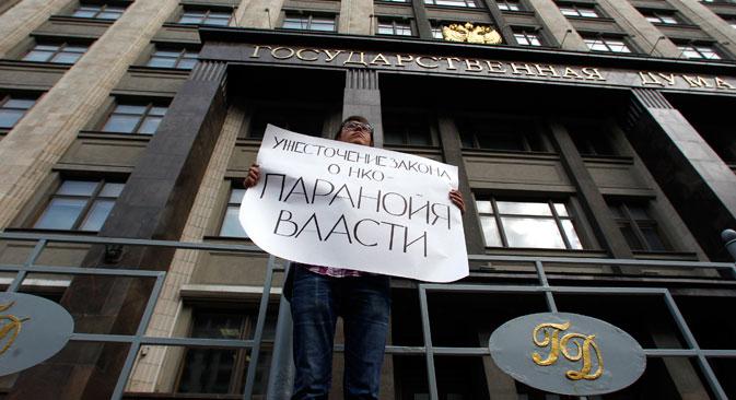 """Einsamer Protest vor dem Staatsduma-Gebäude. Die Anschrift lautet: """"Die Verschärferung des NGO-Gesetzes ist die Paranoia der Macht"""". Foto: Reuters"""