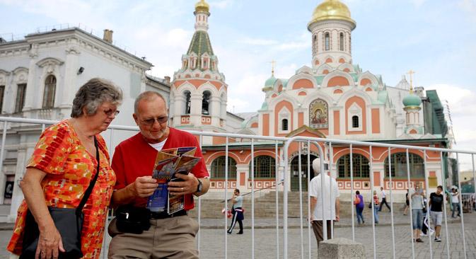 Deutsche Touristen vor der Kasaner Kathedrale auf dem Roten Platz. Foto: ITAR-TASS