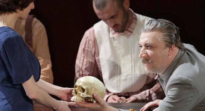 """Die Inszenierung von """"The Homecoming"""" (""""Die Heimkehr""""): Der Hauptdarsteller (rechts), der aussieht wie Joseph Stalin, steht von den Toten auf, um die Welt zu retten. Foto: ITAR TASS"""