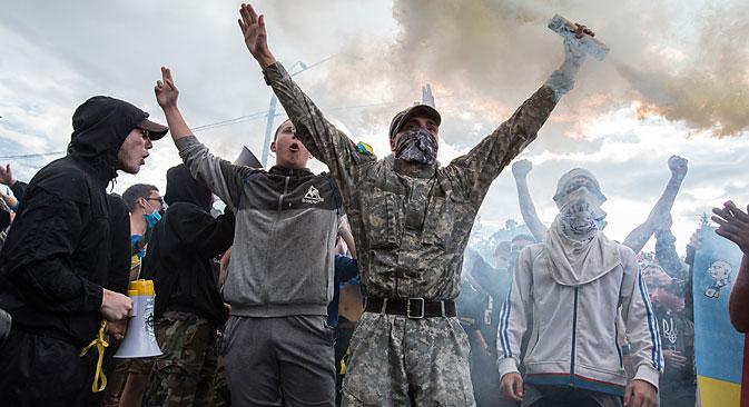 Demonstranten bewarfen am 14. Juni das Botschaftsgebäude der Russischen Föderation in Kiew mit Steinen und Brandsätzen.  Foto: Photoshot / Vostock-Photo