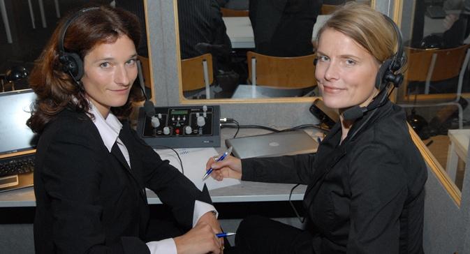 Die Dolmetscherin Kristin von Tschilschke (links) mit einer Kollegin bei der Arbeit. Foto aus dem persönlichen Archiv.