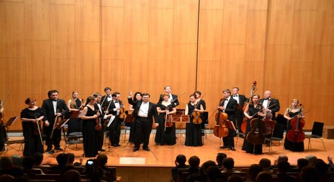 Das Orchester der Nowosibirsker Staatlichen Philharmonie unter der Leitung seines Hauptdirigenten Alim Schach begleitete den Abend musikalisch mit Werken von Tschaikowski und Bach. Foto: RBTH