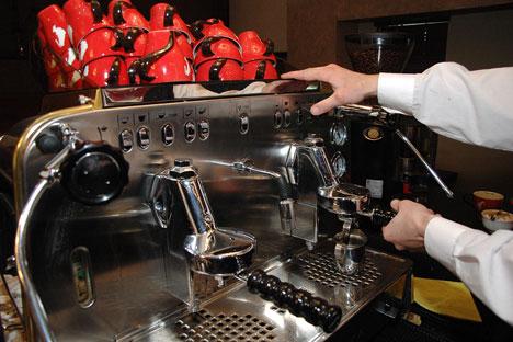 Die Mehrheit der Russen kocht den Kaffee zu Hause noch auf die herkömmliche Art, in einem türkischen Kaffeekocher. Foto: ITAR-TASS