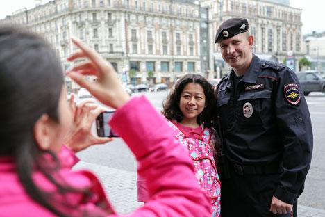 Die Touristen-Polizei patrouilliert in 18 Fußgängerzonen der Stadt, unter anderem auf dem Arbat, in der Kamergerski-Gasse, auf dem Kusnezki most und der Nikolskaja Straße. Foto: ITAR-TASS