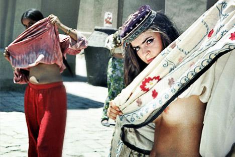 """Eine Szene in dem Streifen """"Die weiße Sonne der Wüste"""" (1970) zeigt Bauchtänzerinnen in einem Harem, die ihre Röcke heben und den Busen entblößen, um ihre Gesichter vor den Soldaten der Roten Armee zu verbergen. Foto: kinopoisk.ru"""
