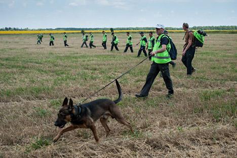 Spezialisten suchen nach weiteren Opfern der Katastrophe von MH17. Foto: AP
