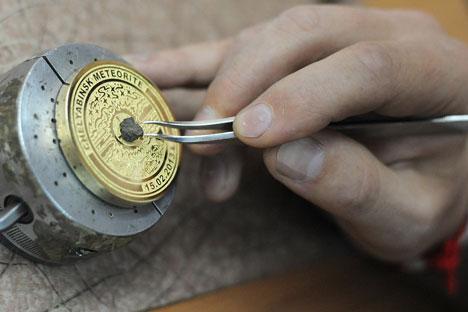 """Ein Unternehmer aus Tschebarkul entwickelte ein Parfüm mit Namen """"Bolid"""". Die lokalen Behörden unterstützten diese Idee und schenkten dem Geschäftsmann sogar ein Stückchen des kosmischen Gesteins. Foto: RIA Novosti"""