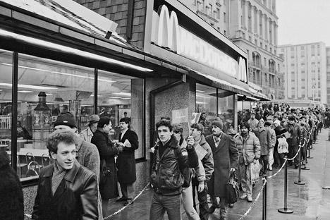 McDonalds in Russland etwickelte sich zu einem der Symbole der Perestroika. Auf dem Bild: Die Schlange vor dem ersten McDonalds in Moskau (Januar 1991). Foto: Juri Abramotschkin/RIA Novosti